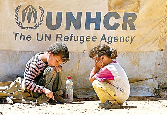 .两名叙利亚儿童在难民营里 我已经14岁了,现在却还是六年级。因为战争,我在家乡就失去了两年的读书时间,我很担心今年还是不能上学。希琳无奈地说,眼中难掩对重返校园的渴望。 几天前,希琳随父母离开饱受战火摧残的家园,来到伊拉克北部库尔德自治区首府埃尔比勒附近的卡沃古斯难民营。 刚刚来到这里的希琳显然还没有适应难民营生活,面对记者显得有些烦躁不安。战争和逃难的经历让她思考得比同龄人更多。她说:我们小孩子不应该像这样生活,我很不快乐。我希望叙利亚局势能够很快有所好转,当局势稳定后,我们就可以回到自己的国家