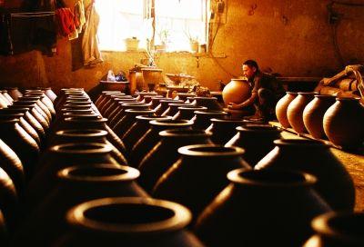 这里仍运用最传统的技术手工制作泥土陶器,大罐子可以酿酒,腌制泡菜