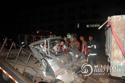 车祸现场-温州洞头 消防队门口深夜车祸 两人受伤