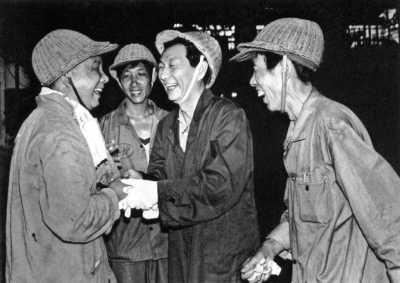 1988年7月,朱镕基慰问上钢三厂战高温工人。