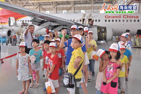 机库工作人员向小朋友解说飞机构造