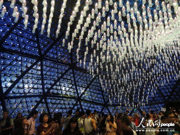 悦满中秋巨型彩灯吸引不少游客进驻观赏。(摄影:曹海扬) 人民网香港9月18日电 (曹海扬)年年岁岁月相似,岁岁年年节不同。在传统节日中秋节到来之际,一年一度的香港中秋节品牌活动彩灯大观园又在维多利亚公园开幕了。从9月14日到9月22日,市民和游客均可前往香港维多利亚公园,在祥和喜庆的气氛下欢度这一传统佳节。 走进彩灯大观园,映入眼帘的是在高高挂起的大红灯笼,以及飞跨空中的各色彩带。在大观园里,各种形态的彩灯错落有致,吸引不少游客拍照留念。这些彩灯,主要呈现的是具有香港特点的生活文化,例