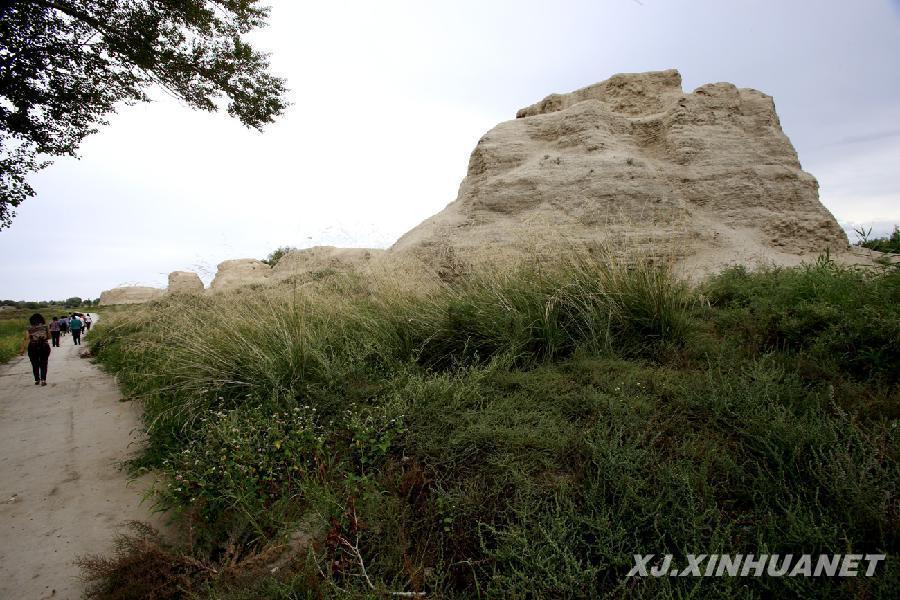 图为北庭都护府城墙遗址(9月11日摄).