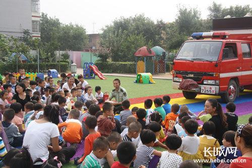滦南县消防大队走进幼儿园为孩子们讲解讲解消防知识。冯立城 摄
