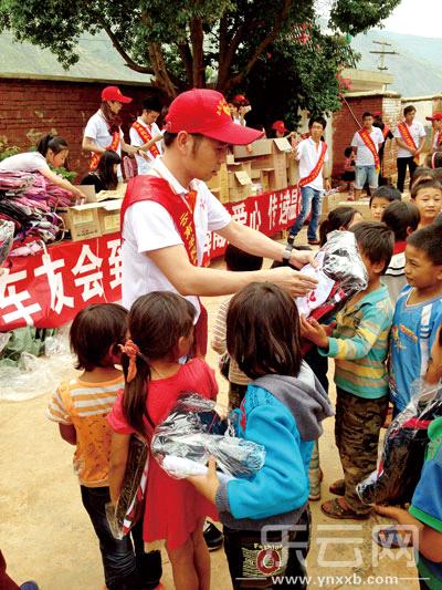 东川248名小学生第一次穿上校服材料阅读小学英语图片