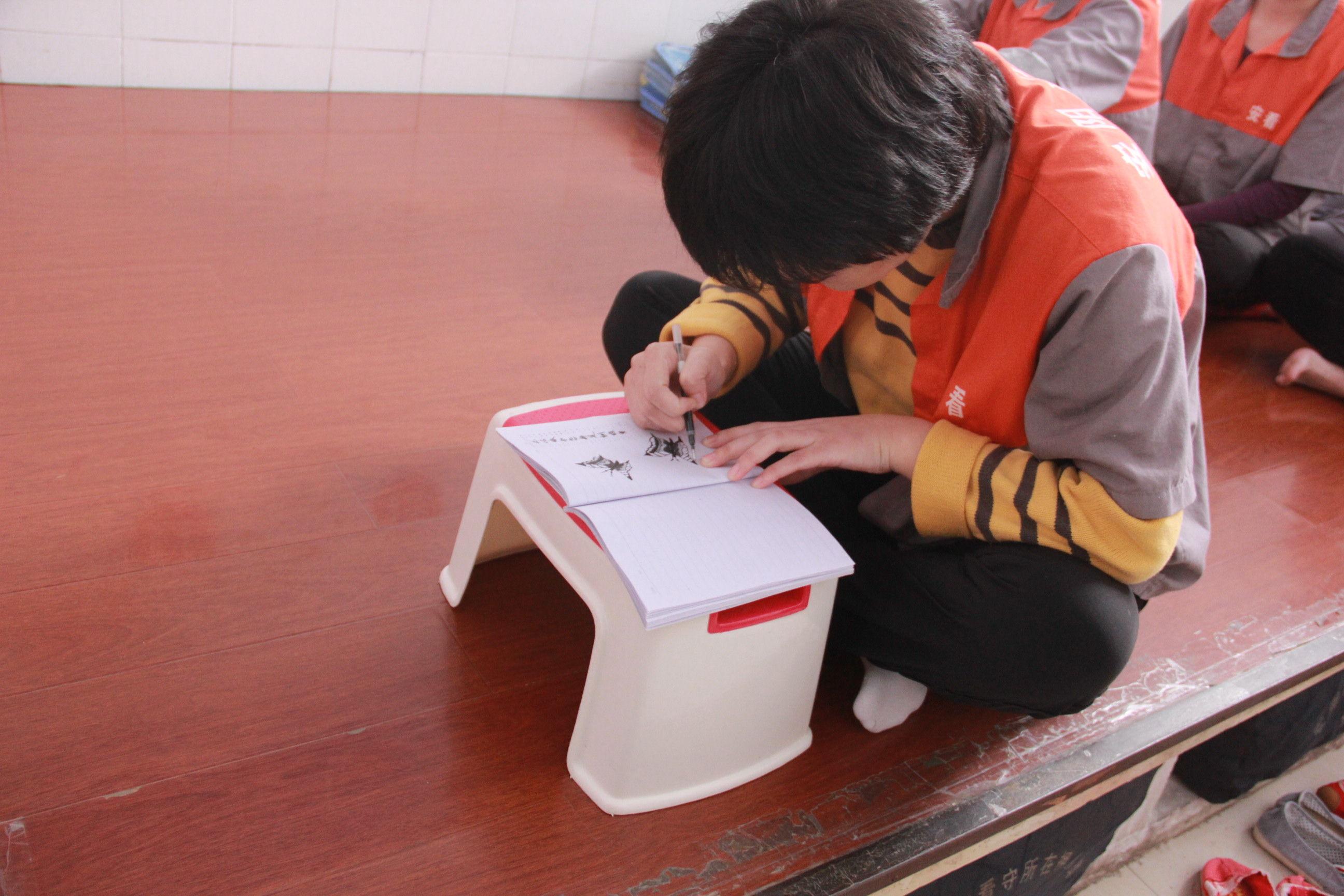 画画跳广场舞 安阳市拘留所在押人员过双节 组图 监区在押人员在认真地画着蝴蝶在押人员笔下蝴蝶栩栩如生在押人员画的
