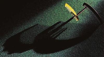 《影的魅力》摄影:高卢人强烈的侧逆光,形成画面的光影的效果,使