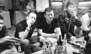 网友拍到的杨坤和李亚鹏喝酒的照片