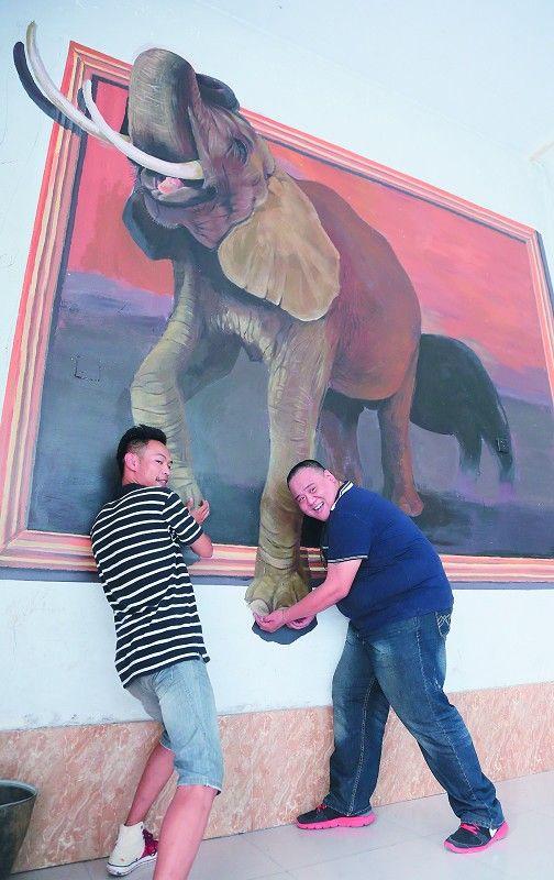近日,在石家庄动物园很多动物展室的墙壁上,各种活灵活现的仿真动物画