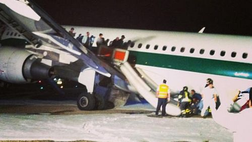 一架意大利航空公司客机在罗马达芬奇机场紧急迫降,乘客通过应急滑梯