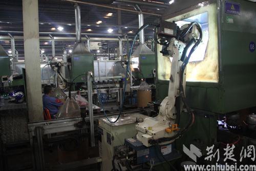 压缩机生产车间机器人自动操作