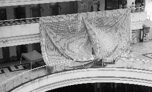 暨大跳楼 广东暨南大学女生坠楼身亡 3年前同位置有人被扔下楼