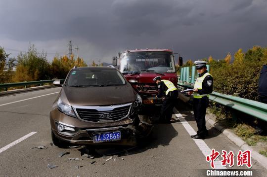 图为6日13时34分发生于宁大高速路的车祸事故现场. 胡贵龙 摄