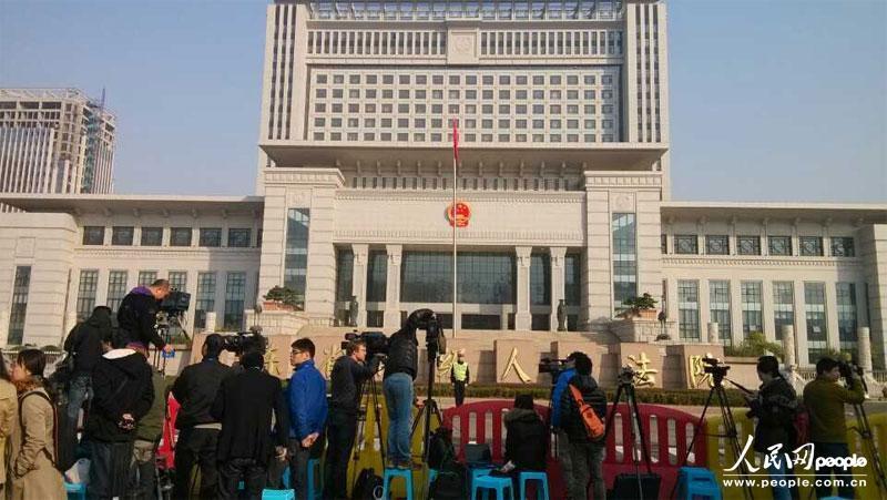 图为山东省中级人民法院大门口已有记者守候。