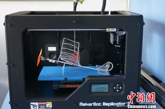图为正在打印的微型飞机。