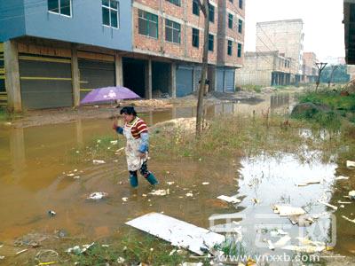 下雨天村民都要穿水鞋才能外出.