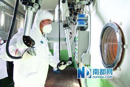 基地核退役大队官兵运用先进仪器安全处置核废料。 新华社发