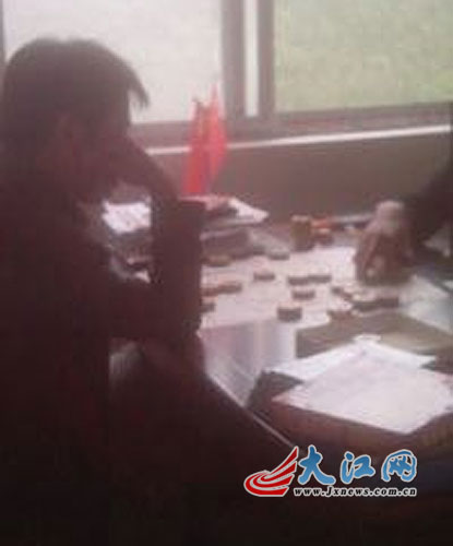 九江瑞昌一村主任在办公室下象棋图片