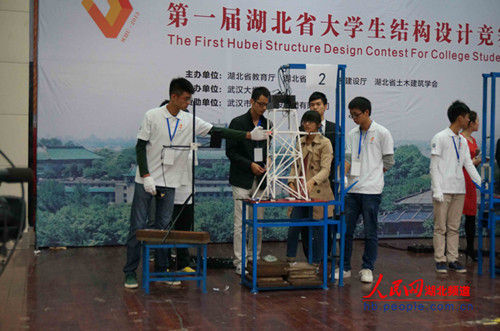高校学生用a4纸做出了能承受自身重量百倍荷载的建筑模型.