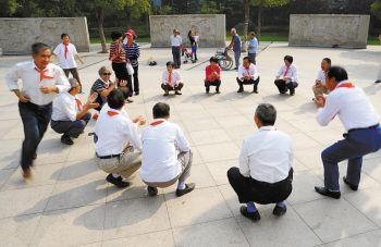 20多位老人云龙公园丢手绢处v老人攻略12人图片