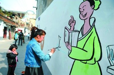 同学们在精心绘制社区文明礼仪墙