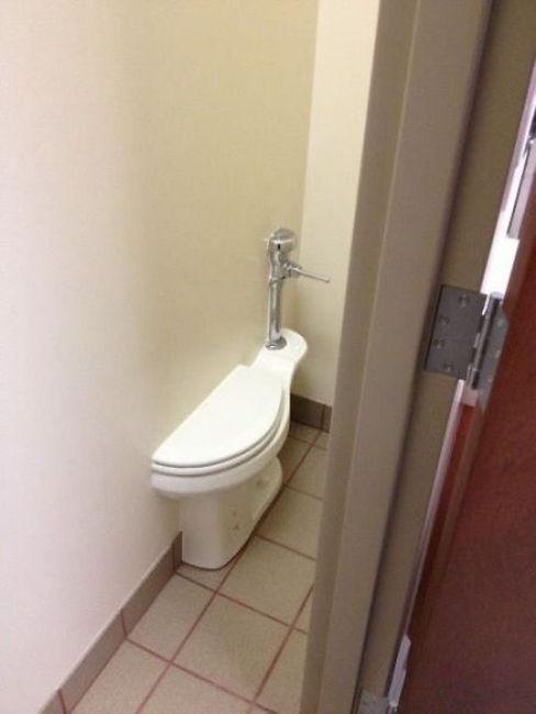 抽水马桶半边嵌入墙壁