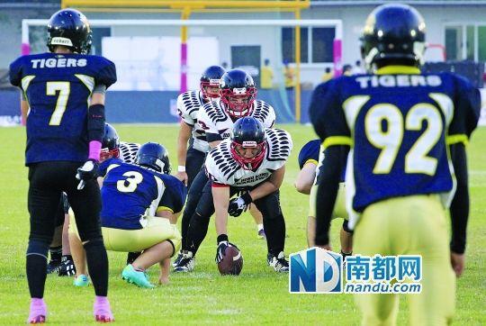 本月19日,天河体育中心北球场上演了一场粤港两地的全装备美式橄榄球民间对决。 CBDTIMES记者 邹卫 摄