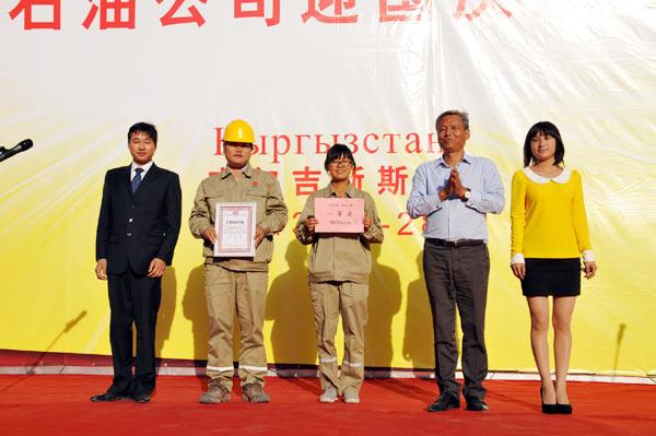 中大石油总裁姚高民(右二)在为合唱比赛第一名颁奖后与员工合影.