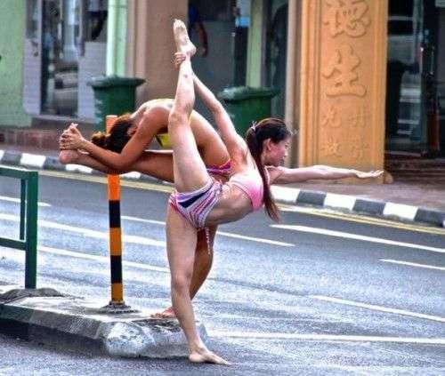 新加坡女子穿比基尼 街头秀劈腿一字马
