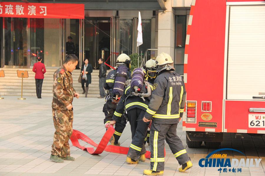 消防员模拟火情冲入火场.