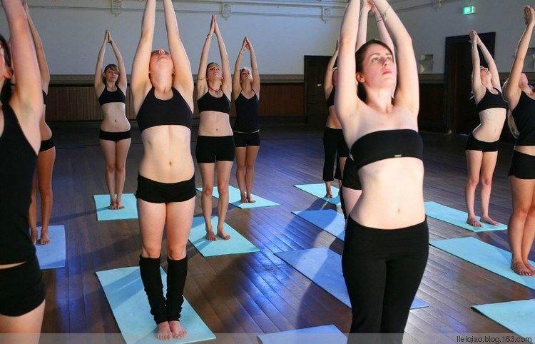 美国女性热衷裸体瑜伽