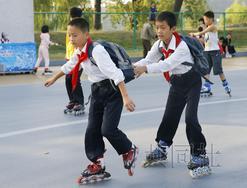 在朝鲜平壤市中心的露天旱冰场,孩子们正在溜旱冰。照片摄于9月。(图片来源:共同社)