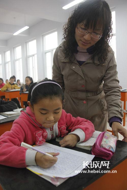 广平县广平小学教师在辅导学生书写规范字.闫飞 摄