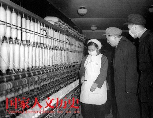 1956年,毛泽东在京棉一厂观看纺纱机。