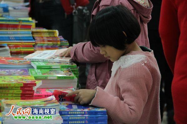 专心看书的小朋友
