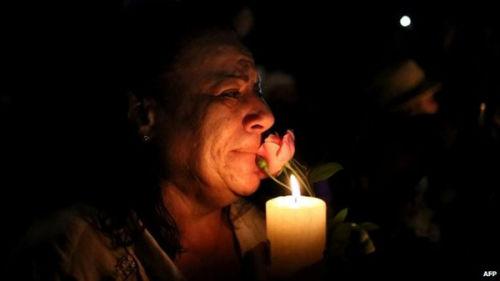 人们在曼德拉家门外悼念这位逝世的伟人。