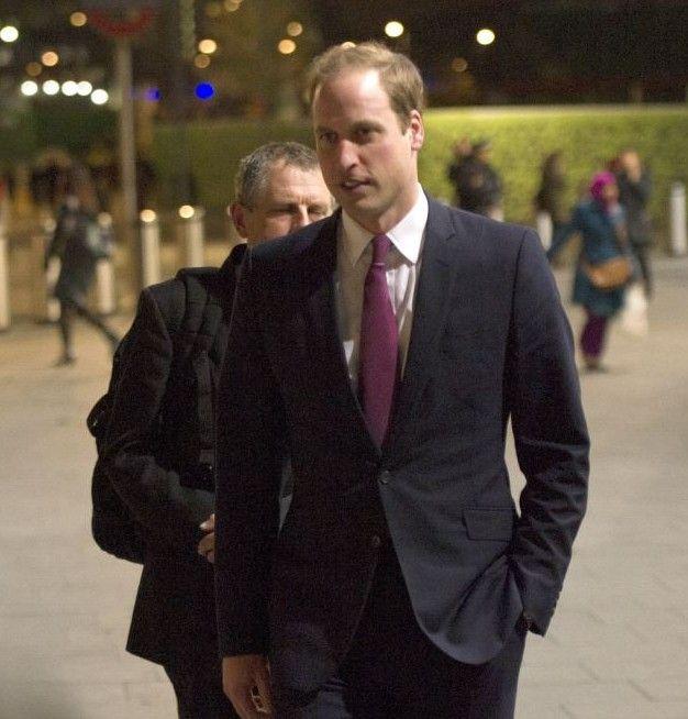 图:威廉王子西装笔挺入读剑桥 乘火车抵达学校