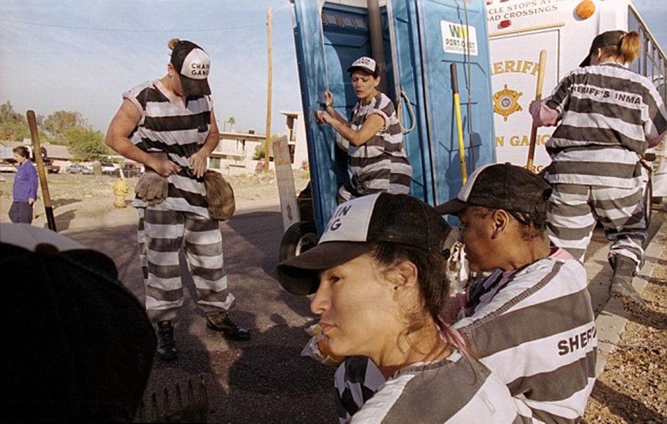 外媒揭秘美国女子重囚监狱:囚犯戴着脚镣工作(图)