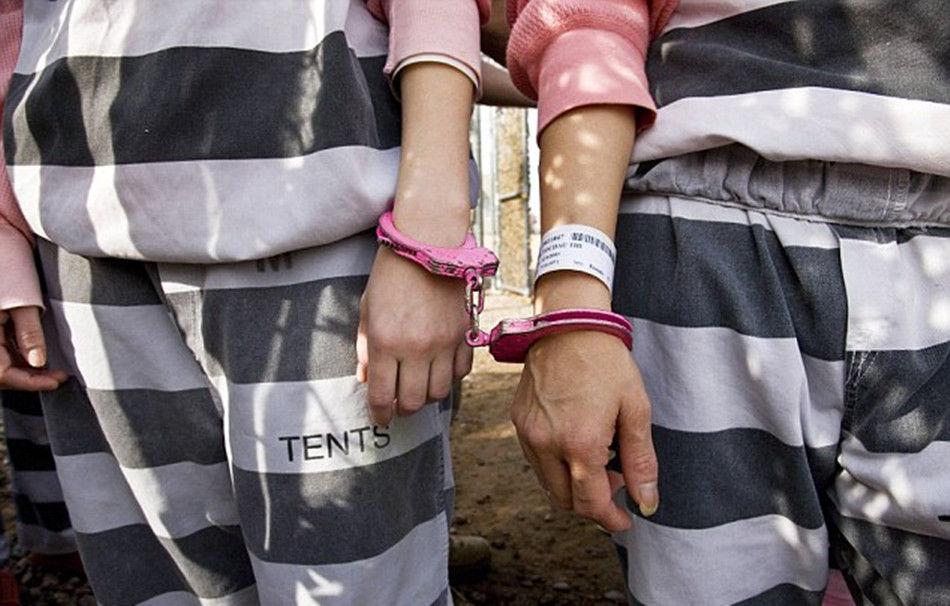 外媒揭秘美国女子重囚监狱 囚犯戴着脚镣工作