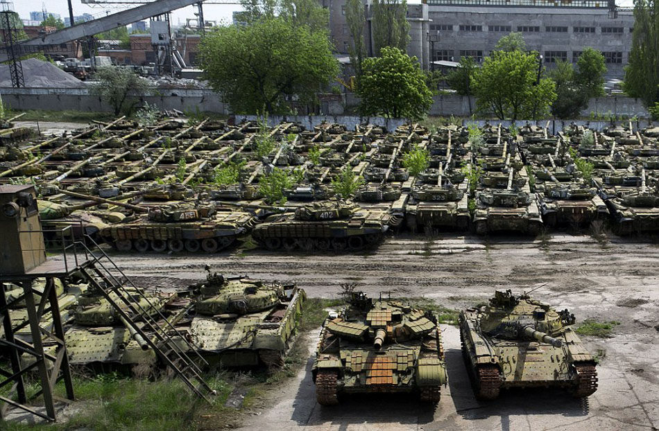 几被遗忘:在距离俄罗斯边境仅32公里的哈尔科夫城,荒废的坦克修配厂停满了成排的废旧坦克,这些曾经的致命战争机器现在正处于休眠中。