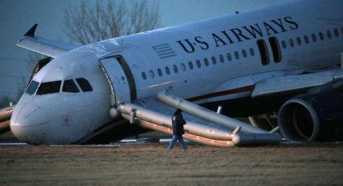 高清图—美国载149人全美航空1702次航班起落架故障 飞机迫降
