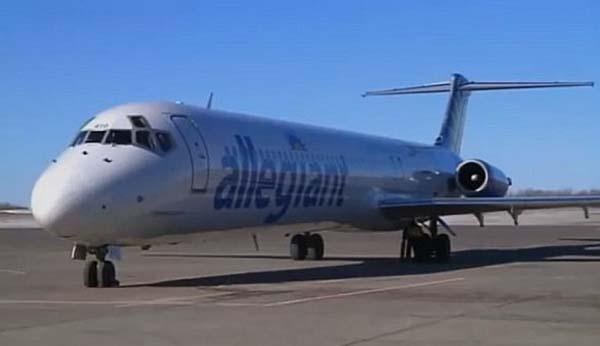 """美国忠实航空公司一架航班起飞后遭遇蜂群""""袭击"""",被迫紧急着陆。(网页截图) 原标题:美一航班起飞后遭遇蜂群""""袭击"""" 被迫紧急着陆(组图) 国际在线专稿:据英国《每日邮报》4月16日报道,美国忠实航空公司(Allegiant Airlines)一架航班从明尼苏达州德卢斯(Duluth)市起飞后遭遇蜂群,挡风玻璃被遮住,引擎中也吸入蜜蜂,飞机被迫紧急着陆。 乘客在拉斯维加斯机场等候了2个多小时,一名经历了空中惊魂的乘客米斯蒂·纽曼(Misty New"""