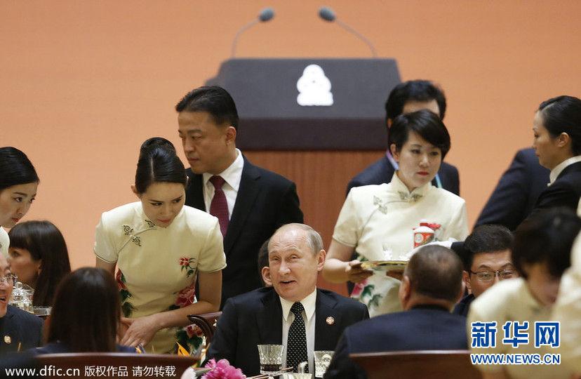 上海亚信峰会:普京出席欢迎晚宴 被旗袍东方美