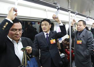 河南两会代表委员雾霾天乘地铁
