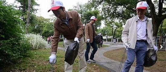 自来水公司义工参与城管护河行动