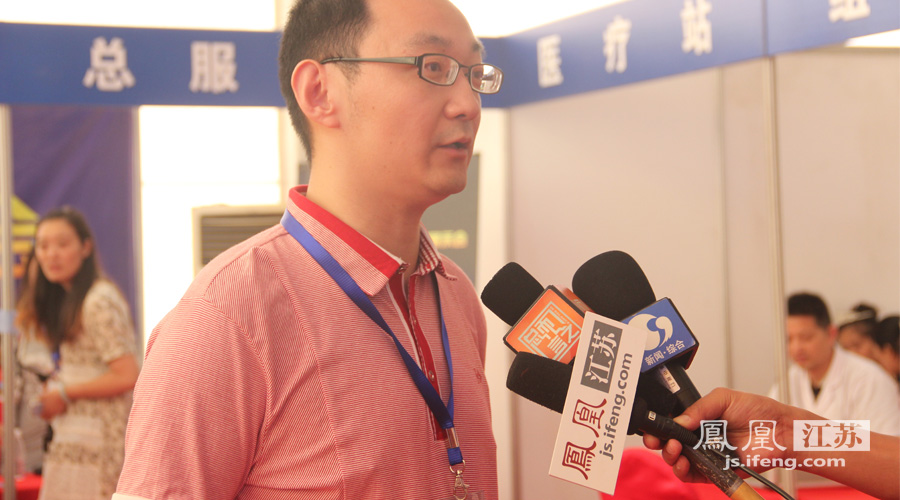 房交会展示区领导接受知名媒体的采访