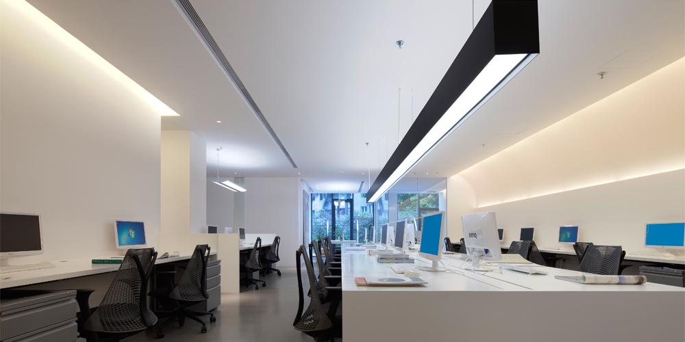 办公室用了几条暗藏的漫反射光带,通过天花的反射,灯光变得柔和舒适.