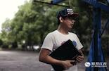 89年出生的胡康林,每天都在使用前女友留下的笔记本电脑工作。他们在一起谈了四年的异地恋爱,最终敌不过1200公里的距离而分手。这台笔记本电脑是前女友来南昌看他的时候留下的。