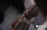 林芳说,她一直舍不得用这支钢笔,因为每次打开它都会想起那段青涩的校园恋爱。男孩不爱说话,他们每天都用纸条沟通。随着时间的流逝,第一次牵手、初吻……甜蜜的感觉在彼此心里荡漾。