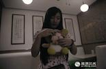 和小熊不一样,小瓜和前男友在一起的时间长达2年。他是小瓜的前同事,两个人是在杭州一起旅行时走到一起的,那时,男朋友送了她一只娃娃熊。